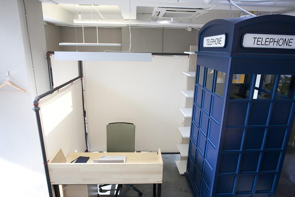 Desks-private-with-bookshelf